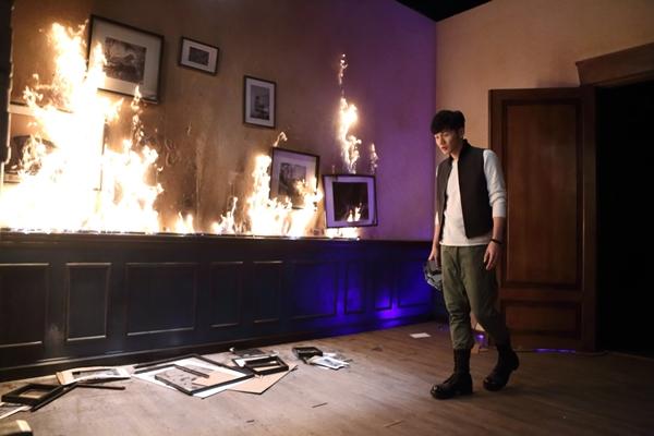 李榮浩化身『獵人』追捕 更大膽縱火燒毀佈景 遭烈焰前後夾擊層層包圍