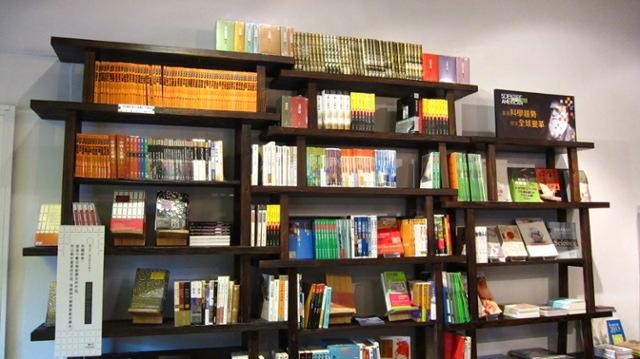 「遠流別境」發揮創意 板凳組裝變身書櫃