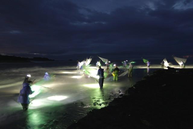 在出海口與海搏鬥的阿美族傳統漁法