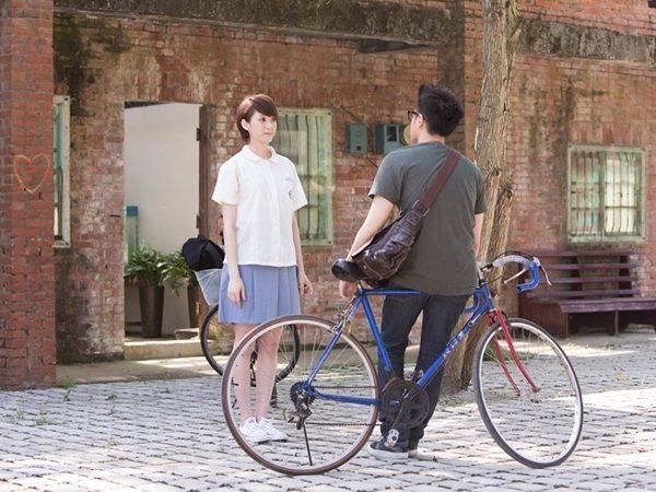 曉安和謙哥的秘密約定 古厝教室外男生愛女生