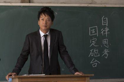 《暗殺教室》椎名桔平樂當「致命」鮮師,加藤清史郎酷帥轉型