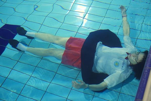 綁鉛塊泡6度冰水泳池  宋芸樺王大陸險失溫