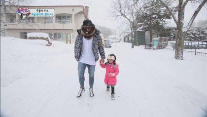 秋小愛雪國初體驗 頻頻滑倒哭喊媽媽