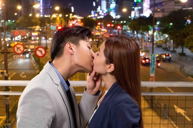 炎亞綸靠嘴「CEO霸氣吻」從天橋吻到家裡   曾之喬:「覺得激情又害羞!」