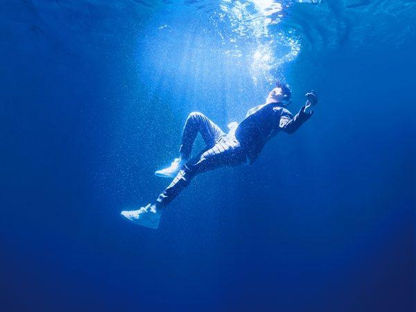 專輯封面採『水中攝影』 JJ真槍實彈只穿西裝無裝備跳5米深泳池