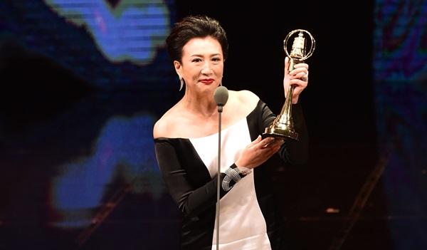 黑白優雅訂製服《TVBS看板人物》方念華奪金鐘