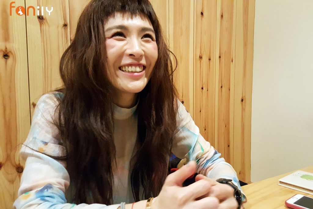魏如昀講到Hello Kitty筆記本不禁發笑。