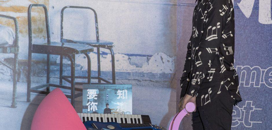 『搖滾人夫』謝和弦推嬰兒車發新專輯  首波主打《本事》向宋岳庭致敬!