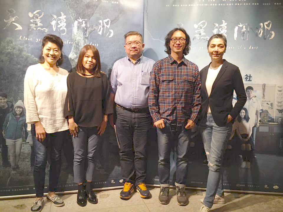 由左至右依序為:好風光公司執行長楊斯亞、導演柯貞年、小說家張耀升、偵探書屋店長譚端、演員賴佩霞。圖 / 摘自天黑請閉眼_植劇場Qseries